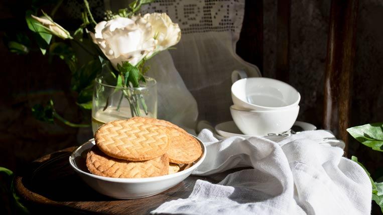 Una fuente con galletas de mantequilla listas para la hora del té